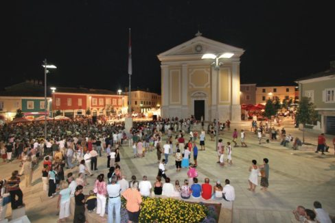 48_porec_trg_slobode_night